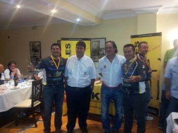Alberto Sánches y Andrés  Peña recogiendo sus trofeos de Campeones de España