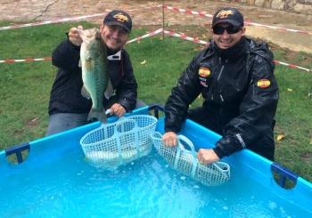 Andrés Peña y Alberto Sánchez en las piscinas de retención antes del pesaje que les convertiría  en Campeones de España 2014